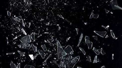 232710359-eclat-de-verre-tesson-voler-en-eclats-casse